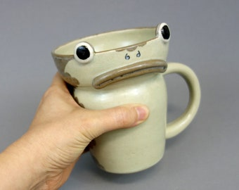 Grenouille grincheux Mug - sur le mur de jardin inspiré une tasse de café en céramique, d'Olive et vert Celedon, amphibiens hauteur tasse