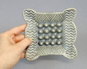 Fait à la main gris porte-savon en céramique avec Texture géométrique et bords festonnés, décor de salle de bains, poterie à la main, des accents de maison, porte-éponge