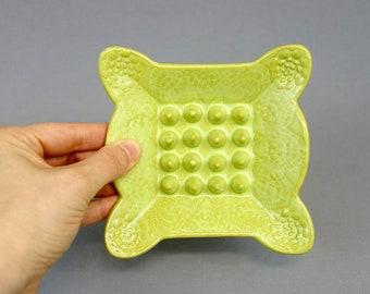 Fait à la main Chartreuse porte-savon en céramique avec dentelle Texture et bords festonnés, décor de salle de bains, poterie à la main, des accents de maison, porte-éponge