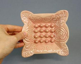 Plat de savon en céramique rose fait à la main avec des Roses et papillons, bords festonnés, décor de salle de bains, poterie à la main, des accents de maison, porte-éponge
