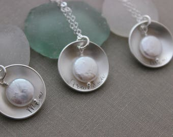 Personalized Mother's Necklace - 925 sterling silver - Any Name - Cupped Disc with Freshwater White Coin Pearl - Gift for Christmas