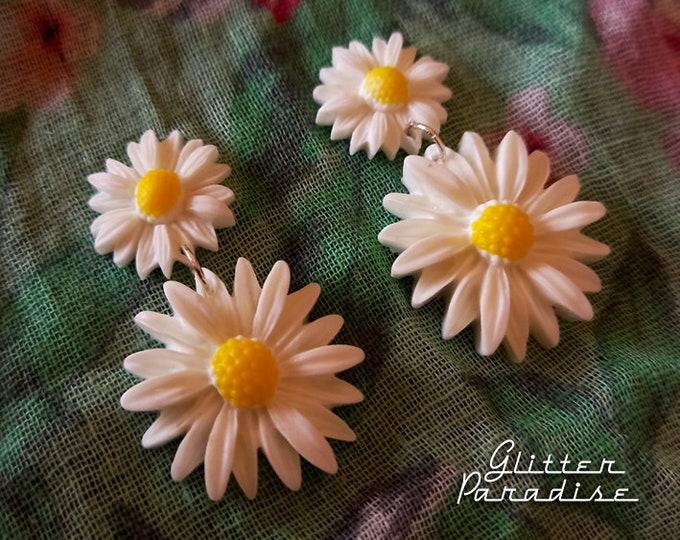 Daisy Drops - Earrings - Daisies - Flower Jewelry - Daisy Jewelry - 1960's Inpsired - Floral Earrings -  White Flowers - Glitter Paradise®