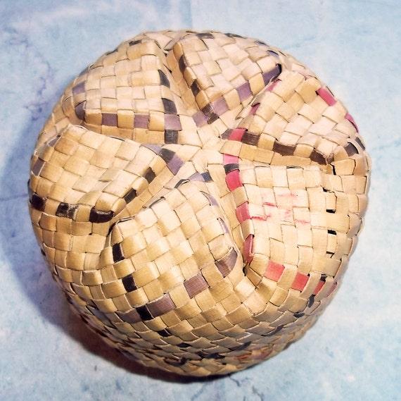 vintage small round handwoven basket with lid etsy. Black Bedroom Furniture Sets. Home Design Ideas
