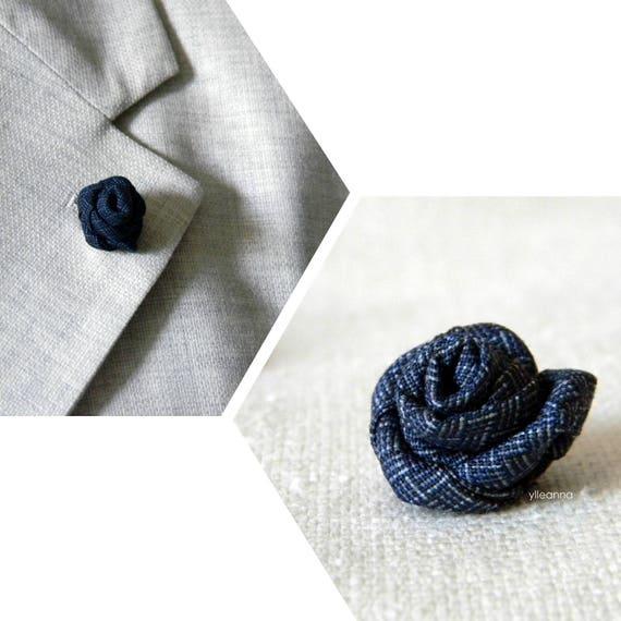 Spilla giacca blu. Boutonniere bavero. Stile classico. Fiore occhiello in fresco lana blu indaco o blu scuro. Piccola boutonniere.