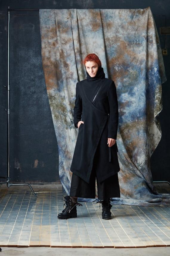 Langer schwarzer Mantel mit Gürtel und Fell