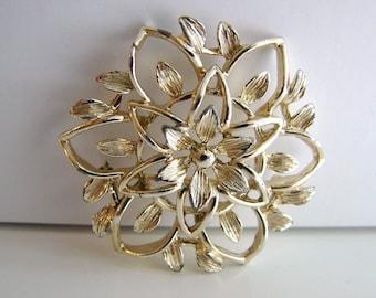 Vintage Sarah Coventry gold flower brooch (G5)