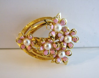 Vintage bridal gold and pink daisy flower brooch with creamy white pearl accents (H10)