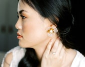 Malin Stud: Romantic floral earrings with frosted resin, gold and pearls