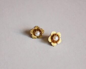 Lorna Gold Flower stud earrings