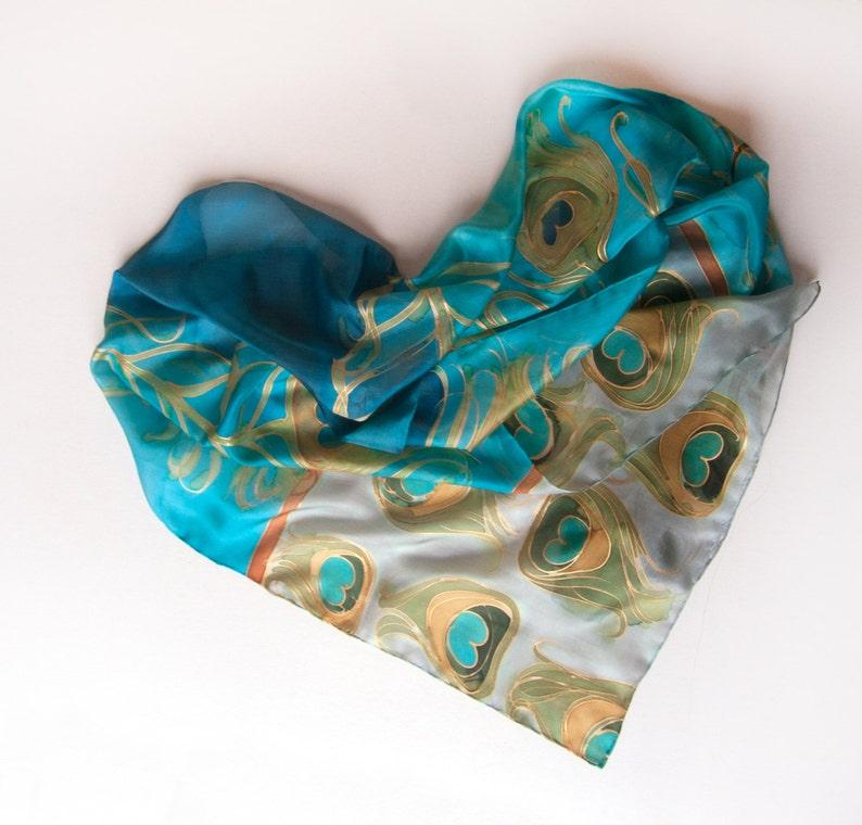 28dd137ef7c5e Plumes de paons-foulard en soie peint à la main en aqua et | Etsy