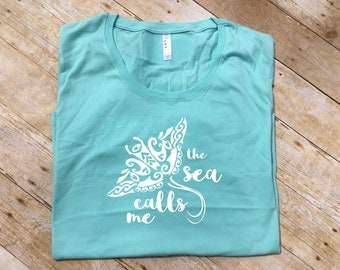 The Sea Calls Me Curvy shirt. Moana. Manta Ray. Moana shirt. Moana Plus size Vacation shirt. Plus size crew or vneck
