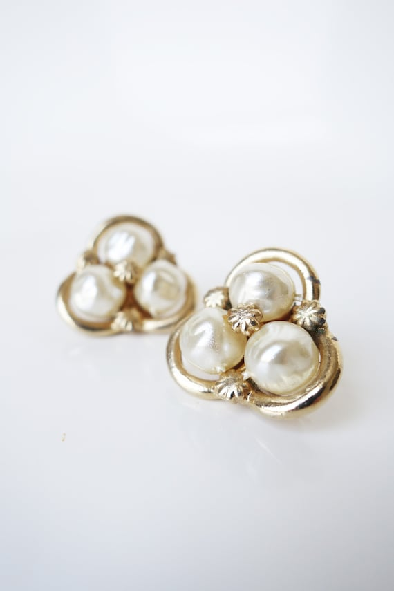 Vintage 1960s Coro Baroque Pearl Clip on Earring … - image 1