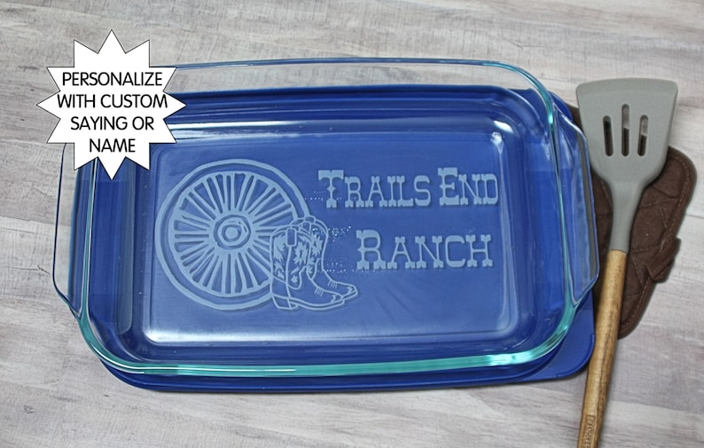 Engraved baking dish Wagon wheel Etched pyrex Gift for baker custom Personalized casserole dish Monogram Glass bakeware Cowgirl gift