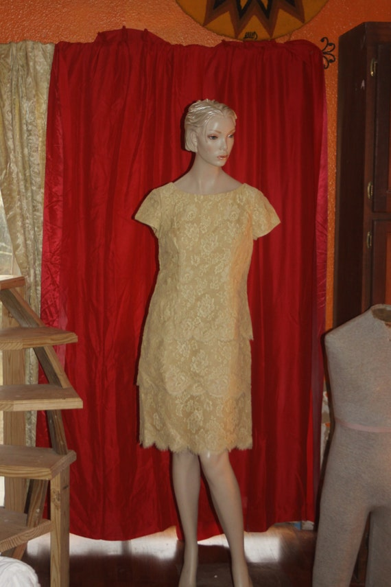 Vintage 50's beige lace scalloped Dress M