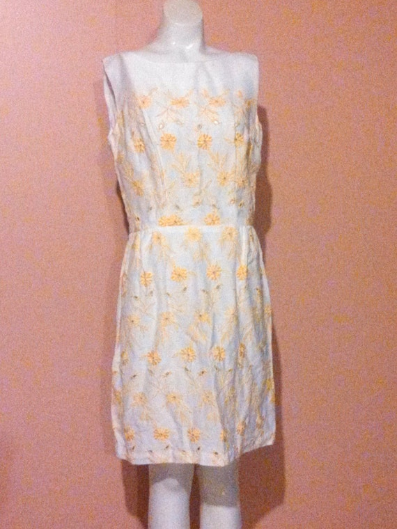 Vintage 60s eyelet linen cotton dress / 60s yello… - image 1