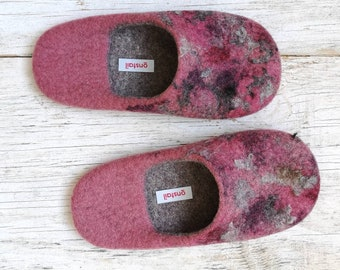 Felt wool slippers for women in dusty rose and natural grey colour. Size EU39/ UK6 US8.5. Sustainable and cozy open-heel wool slippers. UK
