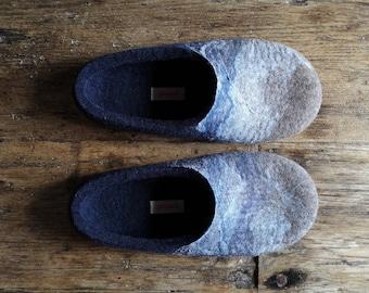 Slippers for men in navy blue, Navy blue wool felt slippers, Cozy non slip indoor slippers in men's size EU42, UK8, US8,5, Made in UK