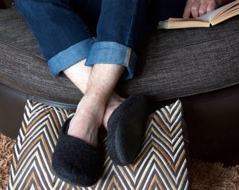 Black wool slippers in unisex size EU43 large slippers for narrow feet. Sustainable and eco-counscious home slippers. Made in UK by onstail