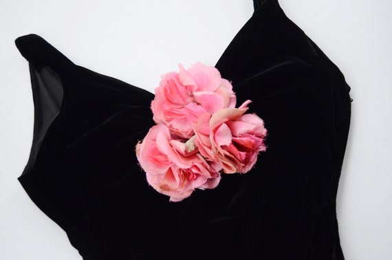 1930s Black Velvet Gown with Pink Silk Flowers - S - image 7