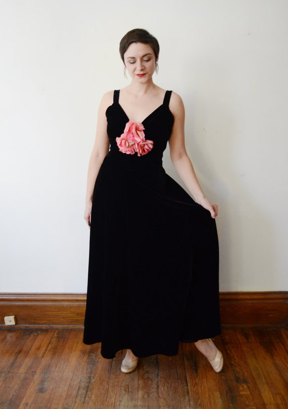 1930s Black Velvet Gown with Pink Silk Flowers - S - image 6