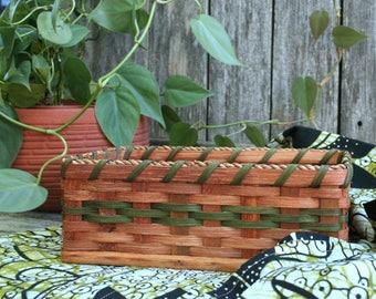 Nice Woven Handmade Amish Bread Basket / Natural Brown and Green