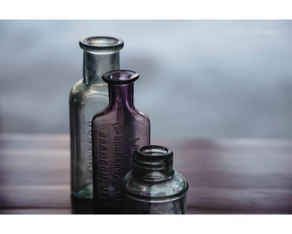 Rustiek Vintage Badkamer : Stilleven fotografie vintage apotheek flessen paars en blauw etsy
