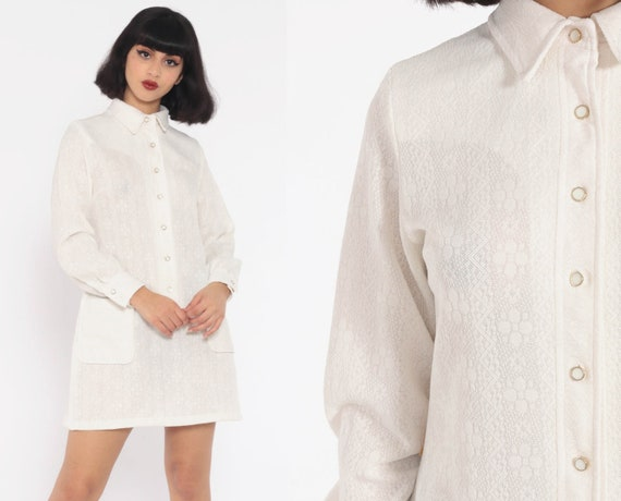White Mod Dress Mini 70s Shift Button Up Shirtdress 60s Space Age Long Sleeve Vintage Twiggy Gogo Pocket Textured Polyester Small Medium