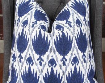 Housse Ikat bleu, coussin décoratif, coussin, coussin Design, touiller oreiller, oreiller géométrique bleu, décoration d'intérieur, ameublement de maison