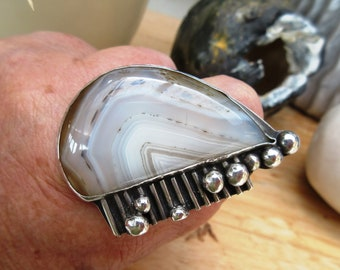 A 925 solid silver ring with a Botswana agate cabochon for the vintage side