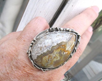 A 925 sterling silver ring with a crazy lace agate cabochon ..... for the vintage side !!!!