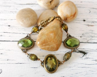 Green Bracelet, Olive and Brass Chain Beaded Oval Glass Stone Wristband, Unique Birthday Present Daughter Best Friend, Mom Wedding Shower