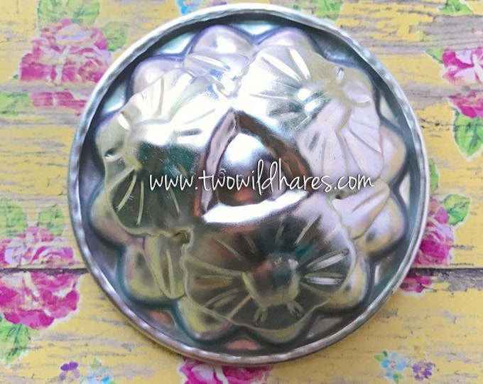 "HAWAIIAN LEI/ HIBISCUS Bath Bomb & Baking Mold, Metal, 3 3/4"" x 1  5/8"" Two Wild Hares"