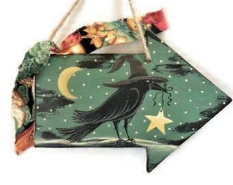 Witchie Crow Halloween Sign   Moonlight Scene with Witch Crow on Wooden Arrow