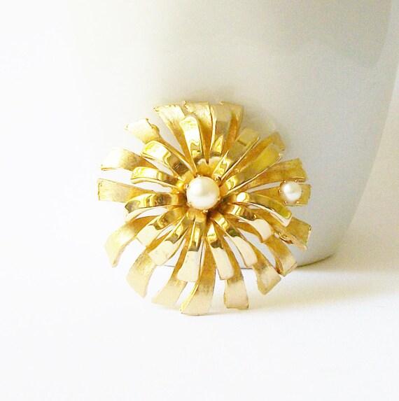 Vintage Pearl Flower Brooch - image 1
