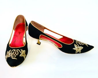 RARE 1960s Taj of India heels, Vintage 60s pumps, Black bright pink, 50s low kitten heels, Embroidered embellished pointy toe shoe, Womens 8