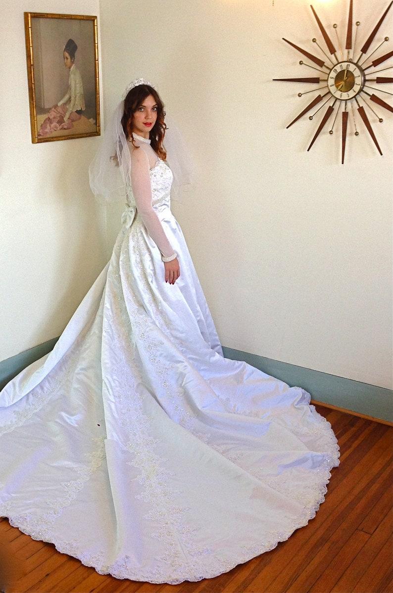 Lourd Satin robe de mariée Sheer Net Long Manche perles et  4fb85567577