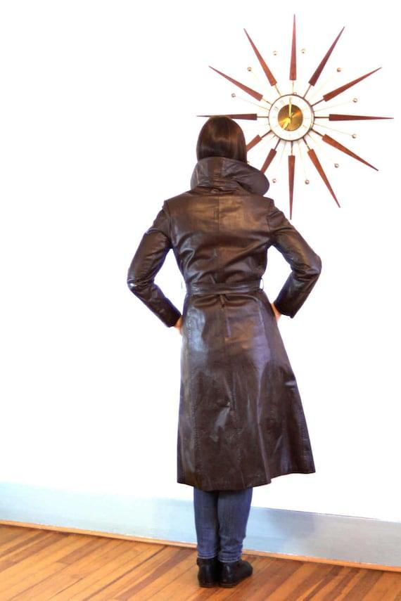 b9513bf0d4b2 Long manteau en cuir, des années 70 Maxi manteau, trench en cuir, manteau  brun chocolat, ...