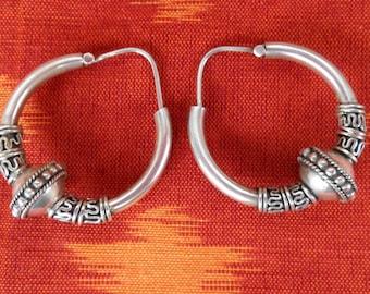 Sterling Silver Hoop Creolen Earrings / silver 925 / Balinese Handmade Jewelry / Silver bead / 1.35 inch long / (#541m)