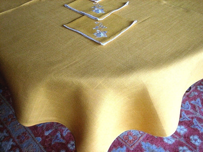TABLECLOTH Vintage Crisp GORGEOUS Pure LINEN Golden tone /& 4 White trim Napkins