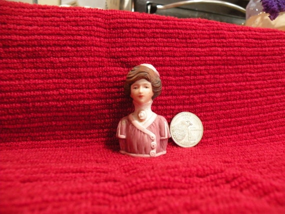 j806 Beautiful Avon 1982 Victorian Lady with Hat Bisque Thimble