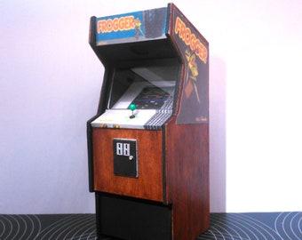Miniature arcade machine, Frogger game, 1/12 dollhouse scale