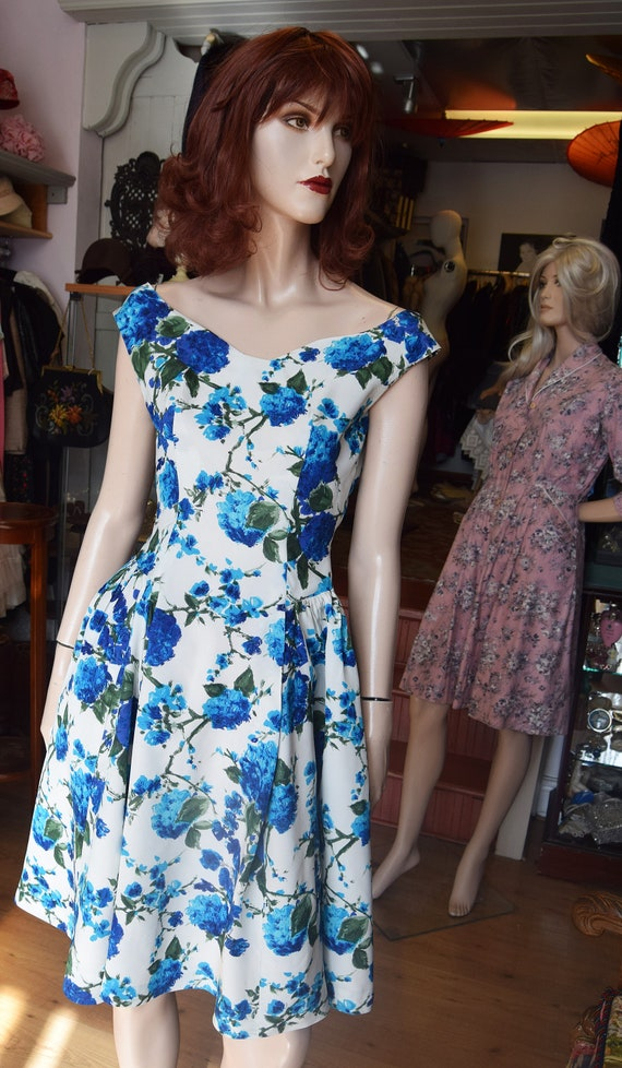 """Late 1950s Cold Rayon Floral Dress 36"""" bust 26"""" wa"""