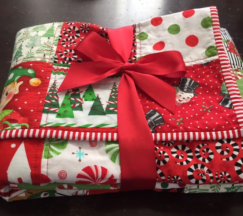 Christmas quilt handmade / holiday quilt / patchwork quilt red image 0