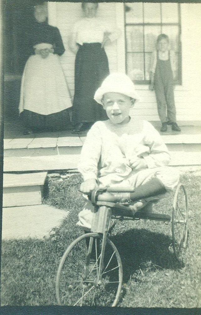 happy farm boy auf kleine dreirad holz r der bike trike. Black Bedroom Furniture Sets. Home Design Ideas