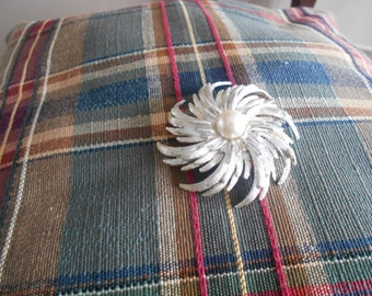 sarah coventry brooch pinwheel with faux pearl
