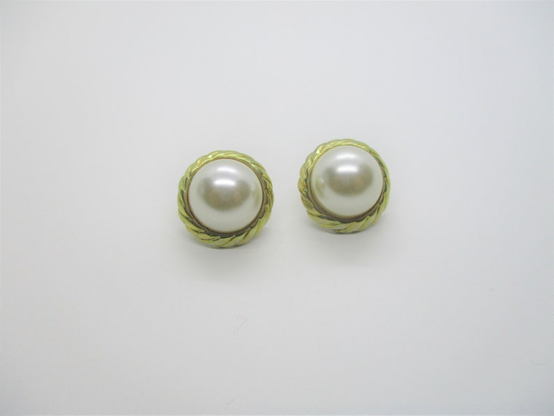 Pearl stud earrings: Pretty 1960s costume mobe pearl and gold image 0