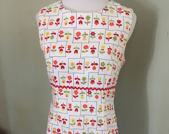 1960s Summer Fun Colorful Floral Daisy Tulip Print Sleeveless Shift Mini Dress with Red Ric Rac Trim-S