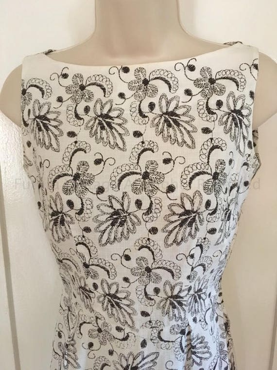 1950s Eye Catching Sleeveless Black and White Floral Print Fitted Cotton Wiggle Dress XS S