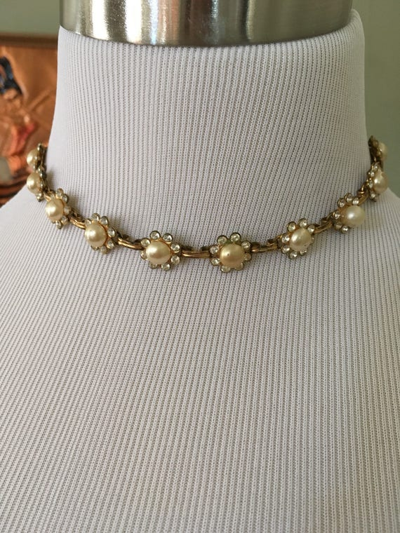 1950s Charming Flower Shape Choker Necklace with Rhinestone Pedals and Faux Pearl Center