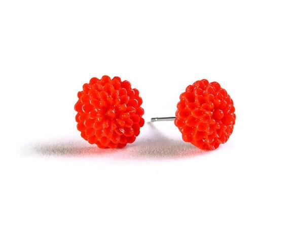 Petite red siam chrysanthemum mum hypoallergenic stud earrings (714)